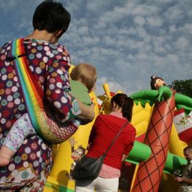 Nosidełko Tonga tęczowa - Ania na placu zabaw