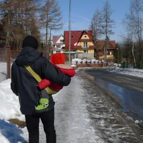 Nosidełko Tonga kolor limoknowy - Piotr z dzieckiem