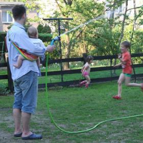Nosidełko Tonga tęczowa - Hubert w ogrodzie