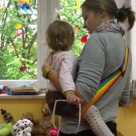 Nosidełko Tonga tęczowa - Iza z dzieckiem